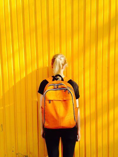 Mujer con mochila cargada