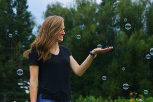 Mujer jugando con pompas
