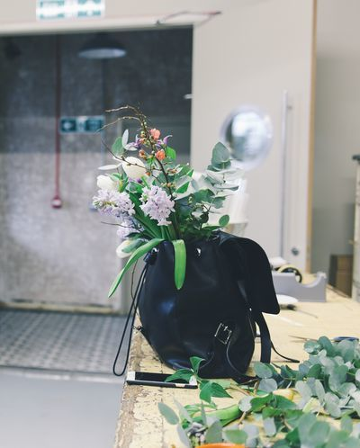 Mochila cargada de flores