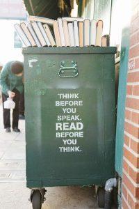 Contenedor de basura. Piensa antes de hablar