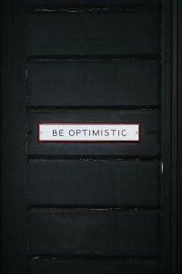 puerta con cartel