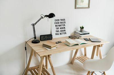 """Mesa de estudio con cartel """"fail better"""""""