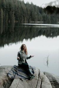 ¿Por qué es importante la gratitud? - Mujer meditando en un lago