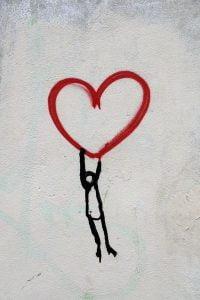 Graffiti hombre siguiendo a su corazón Confianza