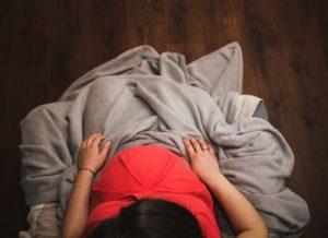 Embarazada meditando