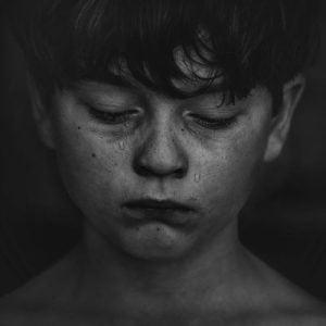 Niño conectando con la emoción