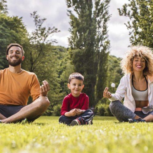 Padres con niño meditando mindfulness